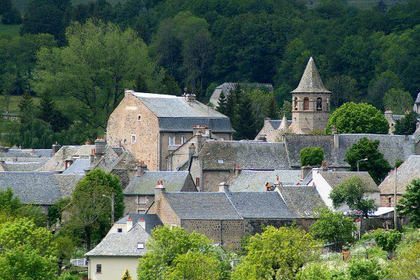 Village de Nasbinals et croix, en Aubrac (48)